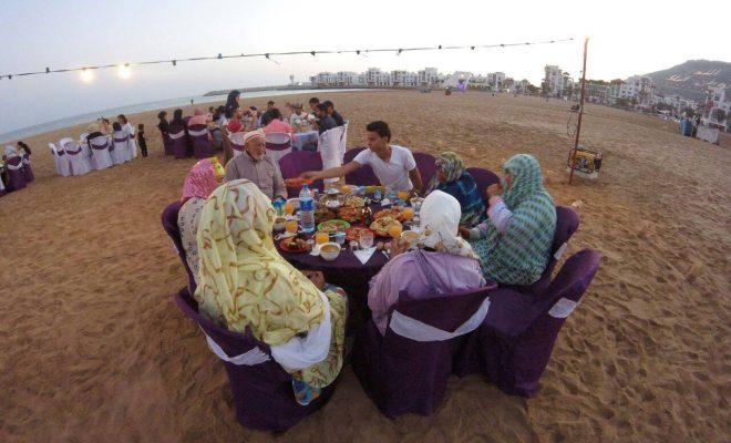 """""""نبلاء أكادير"""" تقيم إفطارا جماعيا لفائدة مسني دار التكافل بشاطئ المدينة"""
